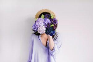 ブーケと女性 紫